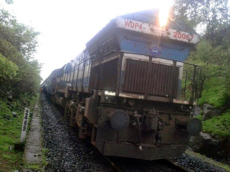 कोकण रेल्वेमार्गावर दगड कोसळला